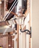 Latarnia uliczna na budynku stylizował retro benzynowa lampa zdjęcie stock