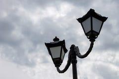latarnia uliczna na tle chmury zdjęcie stock