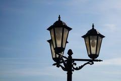 Latarnia uliczna przeciw niebieskiemu niebu obraz royalty free