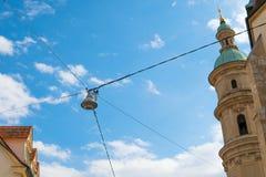 Latarnia uliczna rozciąga nad drogą przeciw niebieskiemu niebu zdjęcia royalty free