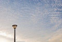 Latarnia uliczna z chmurami zasięrzutnymi zdjęcie stock