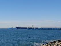 Latarnie morskie na molu, błękitnym morzu i niebie, Zdjęcia Royalty Free