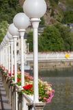 Latarnie uliczne i kwiatów garnki wzdłuż rzecznego Lahn deponują pieniądze, Zły Ems Zdjęcia Stock
