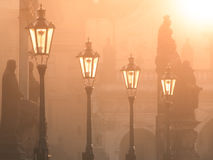 Latarnie uliczne na Charles moscie iluminującym słońcem w ranku, Stary miasteczko, Praga, republika czech Obraz Stock