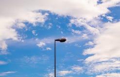 Latarnie uliczne z jaskrawym niebieskim niebem Zdjęcia Stock