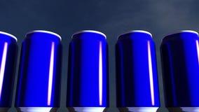 Latas azuis contra o céu no por do sol Refrescos ou cerveja para o partido Barra da praia rendição 3d Foto de Stock