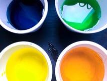 Latas coloreadas blanco con la pintura Imagen de archivo