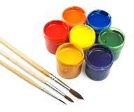 Latas coloridas do gouache e das escovas fotografia de stock