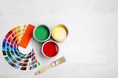 Latas con la pintura, el cepillo y la paleta de colores fotos de archivo libres de regalías