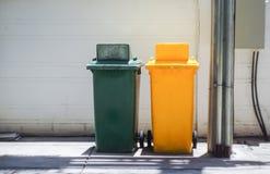 Latas da garagem da cor ao lado do cargo da eletricidade Fotografia de Stock Royalty Free