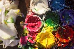 Latas da pintura diferente da cor na placa de madeira Foto de Stock