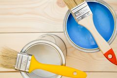 Latas da pintura e das escovas de agregado familiar Imagem de Stock