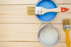 Latas da pintura e das escovas de agregado familiar Fotografia de Stock Royalty Free