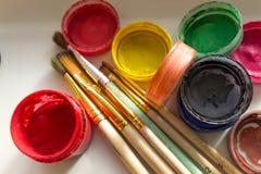 Latas da pintura e de uma escova Foto de Stock