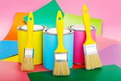 Latas da pintura e do pincel no fundo colorido Colo pastel Imagem de Stock