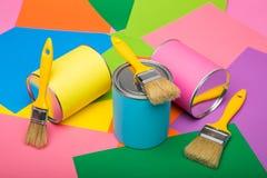Latas da pintura e do pincel no fundo colorido Colo pastel Fotografia de Stock Royalty Free