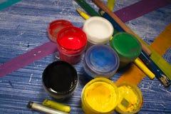 Latas da pintura na tabela com listras coloridas 1 Imagem de Stock Royalty Free