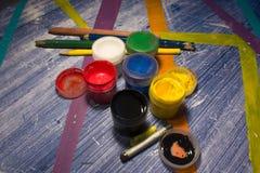 Latas da pintura na tabela com listras coloridas 2 Foto de Stock
