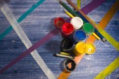 Latas da pintura na tabela com listras coloridas 3 Fotos de Stock Royalty Free