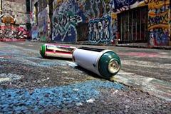 Latas de aerosol en un callejón de la pintada en Melbourne Imagenes de archivo