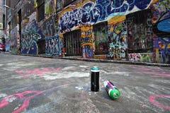Latas de aerosol en un callejón de la pintada en Melbourne Imagen de archivo