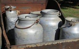 latas de alumínio velhas do leite Foto de Stock