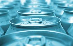 Latas de aluminio azules de la bebida imagen de archivo