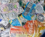 Latas de aluminio comprimidas de la bebida con mostrar de marcado en caliente listo para Fotografía de archivo