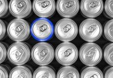 Latas de aluminio de la bebida y una poder del azul foto de archivo