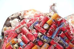 latas de aluminio en red antes de comprimido en planta de reciclaje imagenes de archivo