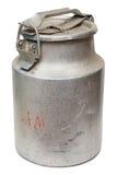 Latas de aluminio viejas para el blanco aislado leche Foto de archivo