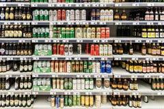 Latas de cerveja no suporte do supermercado Imagem de Stock Royalty Free