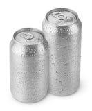 latas de cerveza de aluminio de 500 ml y de 330 ml con descensos del agua Foto de archivo libre de regalías