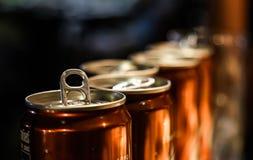 Latas de cerveza de la raíz imagen de archivo libre de regalías