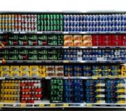 Latas de cerveza en estante del supermercado Fotos de archivo libres de regalías