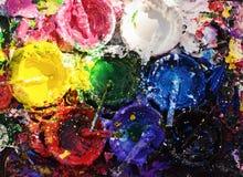 Latas de diversa pintura del color en el tablero de madera Fotos de archivo libres de regalías