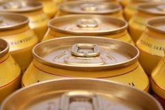 Latas de la bebida llenadas fotos de archivo