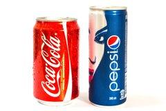 Latas de la Coca-Cola y de Pepsi Imagen de archivo