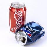 Latas de la Coca-Cola y de Pepsi Fotos de archivo