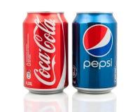Latas de la Coca-Cola y de Pepsi Foto de archivo libre de regalías