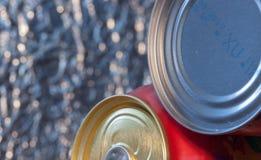 Latas de la comida y de la bebida, foco selectivo, falta de definición voluntaria Fotos de archivo libres de regalías