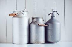 Latas de la leche y un sifón Fotos de archivo