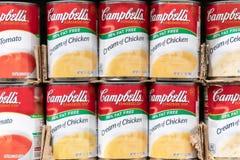 Latas de la sopa del ` s de Campbell para la venta en un supermercado foto de archivo