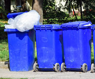 Latas de lixo rodadas Imagens de Stock