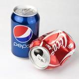 Latas de Pepsi y de la Coca-Cola fotos de archivo