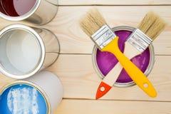 Latas de pintura y de cepillos de hogar Imagenes de archivo