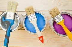 Latas de pintura y de cepillos de hogar Imágenes de archivo libres de regalías
