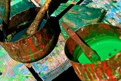 Latas de pinturas coloridas en la tabla del arte imagen de archivo