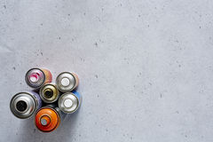 Latas de pulverizador graficamente no concreto imagem de stock