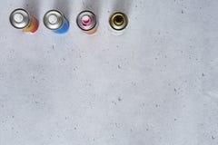 Latas de pulverizador graficamente no concreto foto de stock